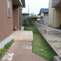 玄関前の施工前、今回は極力お手入れする面積を減らす要望で、この辺の緑地部分もなくします。