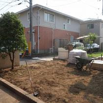 芝生を撤去後、不要な土を処分して整地します。