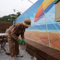 看板のイラスト部分に養生をして塗布を実施します。