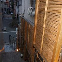 施工前、竹垣で階段状に作られた背の高いフェンス。今回は現状よりも背の高いフェンスをご要望頂きました。