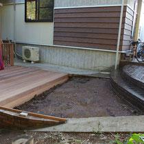 デッキ完成後、芝生を貼るために土留めのレンガ積を行います。
