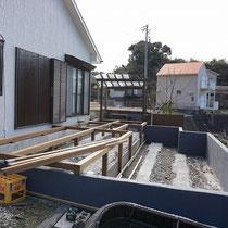 施工中、既存のコンクリート躯体の中に、下段のウッドデッキを作り、階段で行き来する仕様になります。