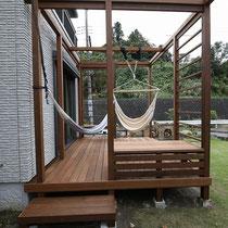 広いお庭に映える高さのあるウッドデッキ。出入りする場所も広く使い勝手が良いです。