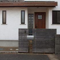 既存の表札やポスト、板塀を使いながら構造部分をイタウバで作り直し完成です。