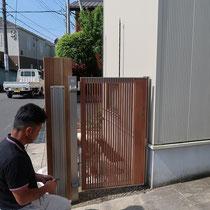 門扉はオートクローザー仕様、自動でゆっくりと閉まるので、手がふさがっている時や風が強い時などに安全で便利です。