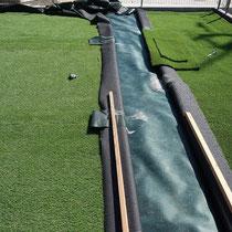 人工芝の継ぎ目は接着剤でしっかりと貼り付けします。継目を奇麗に見せるのが一番難しいところです。
