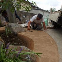 雑草防止対策として、市販の固まる土の基礎部に砕石路盤を転圧。強固で割れにくい透水舗装となります。