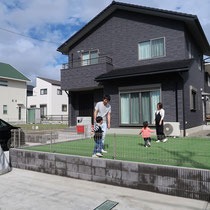 人工芝の広いお庭、子供達の安全な遊び場となりお手入れも最低限で手間いらずな仕上がりです。