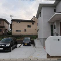 4台駐車できる舗装と、お庭に繋がるスロープを配置したエクステリアです。