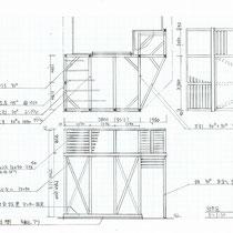 建物に非固定の空中デッキ、柱の位置がポイント。
