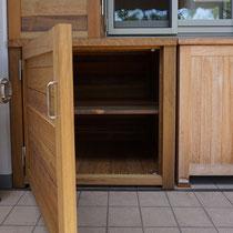 下段には中間に棚を配置、片開きの大きな扉がついています。
