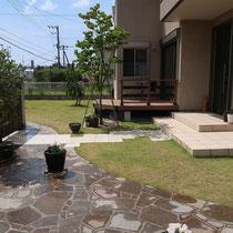 植栽への水やりと一緒に石畳にも打ち水をすれば、晴天でも色の変化を感じる雰囲気が楽しめますね。