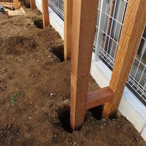 腐りにくいイタウバの柱を埋込タイプ設置、コンクリート固定します。控え構造を何か所か設置しました。