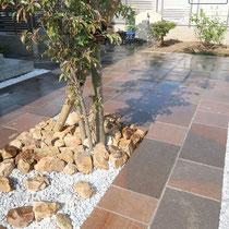 インド産の安山岩舗装、シンボルツリーの根元には三毳石のぐり石でアクセントを作ります。