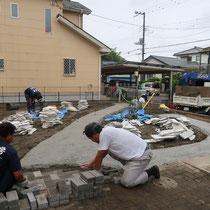 コンクリート基礎を作ってから乱形石を貼ります。余っていたインターロッキングも使い切りました。