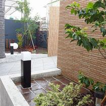 玄関両脇の小さなお庭を、石材を使ったシックな風合いにまとめ飽きのこない景観を生み出しました。