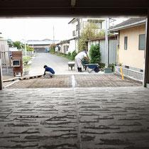 2台分の駐車場にはコンクリート舗装を。木ごてでざっくりと仕上げ、綺麗すぎない不均一感をあえて出します。