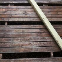 腐食した床板を撤去、新たに用意した床板を張ります。