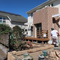 雑草処理後、庭の境になる石積花壇をつくります。