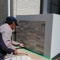 ブロックを積んだ花壇の正面には横長の石を貼ります。凹凸のあるランダムな色合いが上質感を高めてくれます。