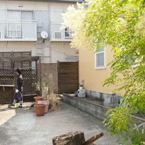 工事着工前、駐車場とお庭の仕切りがなく閑散としていて、窓のカーテンも閉めた状態でした。