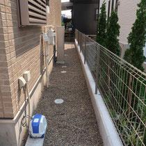 建物周りの裏側は、リーズナブルな砂利でしあげます。