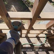 格子のフェンスは、足場をかけずに作業出来る範囲を研磨します。コンパクトな電動サンダーを使用。
