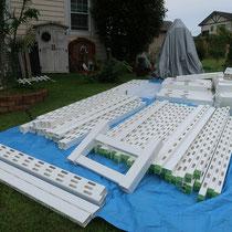 測量を基に準備してきた材料を、現場で角度調整しながら組み立てます。