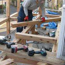 構造はサイプレス材による在来工法ですが、変形土地のため現場で加工する事も多かったです。