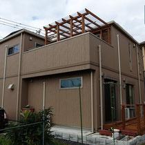 2階ベランダに大きな屋根付きデッキが完成!1階にはハーフビルドで組立中のウッドデッキも。