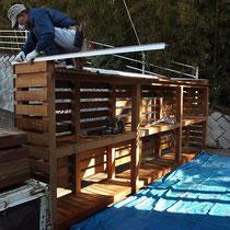 薪棚フェンスは、建築屋根との一体感を出すためにガルバリウム鋼板の笠木を回しました。