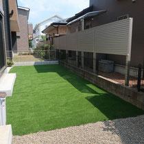 家族で寛ぐ、美しい人工芝のお庭になりましたね。