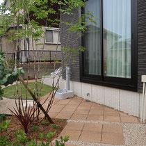 思わず歩きたくなるような、リズミカルな平板のお庭です。
