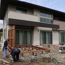 構造は90cm角材を3尺ピッチで頑丈に組立。フェンスの柱も一体化して強度を確保します。