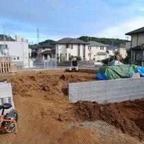 駐車場と庭を区切るブロックが設置されされました。