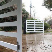 敷地内に引き込んだ門扉は、既存の舗装ぎりぎりの高さでキャスターが接触、落とし棒でしっかりと固定出来ます。