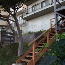 傾斜の最下部まで伸びた階段と手すり。手をつけていない敷地への夢も膨らみますね。