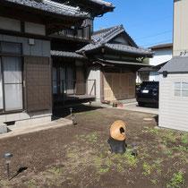 施工前は物置が建物側に近く、お庭が分散したような配置でした。