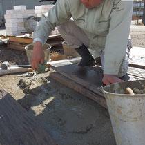 アプローチのコンクリート枕木をモルタルで据付し、隙間には細かな化粧砂利を敷きこみました。