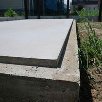 基礎には頑丈で美しいコンクリート構造を採用。型枠をひな壇になるようにして打設仕上げしました。