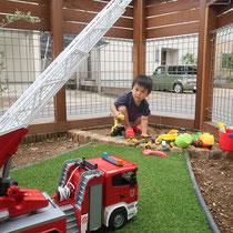 いつでも思いっきり砂場遊びができるお庭だね。人工芝もおもちゃのバックグラウンドにリアルに映えます。