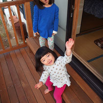 孫娘さん達がお部屋とデッキを行ったり来たり。素足で木のぬくもりを楽しんでました。