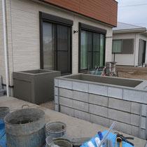ブロックを加工しながら積み上げ、中には現場発生土をいれた花壇を作ります。
