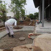 薄い石張りの基礎には、メッシュ入りのコンクリートを打設します。