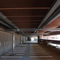鋼材による構造と木樹脂のウッドデッキ。素材ごとに合わせた連結方法で頑丈に組まれています。