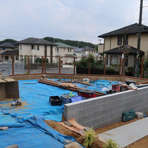 フェンス施工中、用意した材料を組み立てていきます。