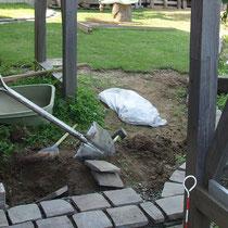 張芝をした6月、芝生を管理しやすくするため周囲を石で囲み、白セメントで目地仕上げをします。