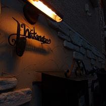 夜も真鍮ライトでライトアップ。雰囲気でてます。