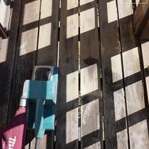 床面をまんべんなく研磨し、古い塗装を落としながら新たなオイルステインが浸透しやすい下地を作ります。大きな電動サンダーで作業。