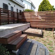 完成写真、最上段のスペースにはウッドフェンスの背景が作られ、お庭全体の景色がナチュラルに生まれ変わりました。